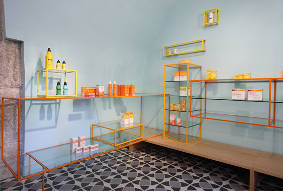 De los Austrias Pharmacy in Madrid - white is no longer right